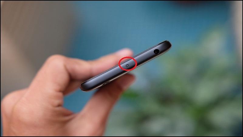 Một số dòng điện thoại có cổng hồng ngoại (như trong hình) và được cài đặt sẵn ứng dụng điều khiển từ xa đa năng.