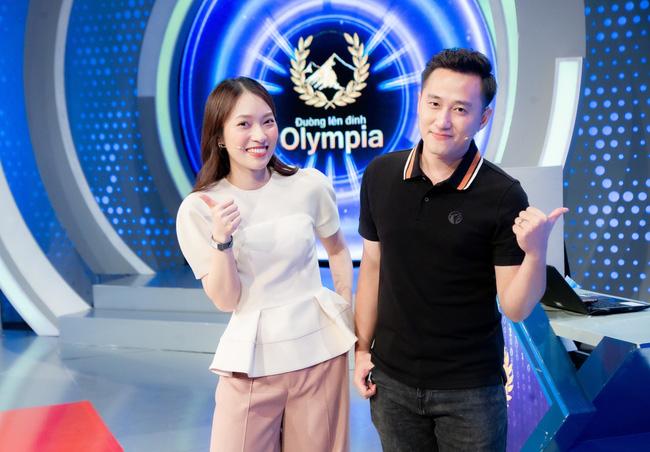 """Những hình ảnh đầu tiên của nữ MC mới đồng hành cùng BTV Ngọc Huy trong """"Đường lên đỉnh Olympia"""""""
